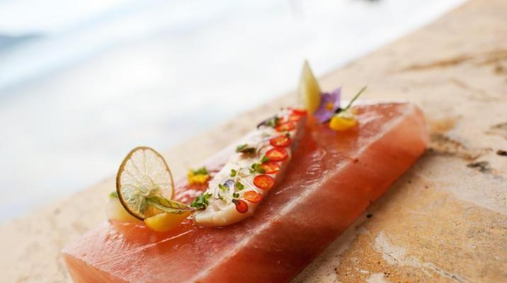 Friskfanget fisk i sushi stil