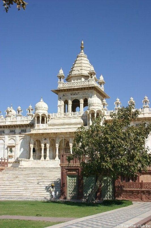 青い空に白い建物が素敵。ジャスワント・タダ(ジョドプール)。インド 観光・旅行の見所!