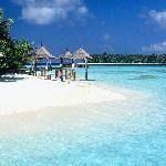Villingili Resort & Spa — это первый на Мальдивах курорт, расположенный в Южном полушарии. Расположенный на собственном острове, отель представлен 142 номерами и сьютами. Описать эту красоту не просто, даже слово «рай» кажется не достаточно красноречивым. Давайте просто насладимся фотографиями.