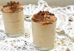 La mousse di ricotta al caffè è un dolce al cucchiaio che potrete concedervi senza sensi di colpa anche se siete a dieta. Goloso e veloce da preparare.
