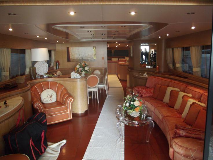 Fornitura di tutto l'arredamento su barca, divano su misura poltrona, tende, soffitti ecc....  eseguito da Arredamenti Carbone Chiavari