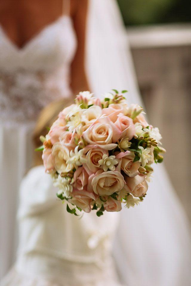 ramo de rosas rosadas, nardos y hojitas de smilac #ramos #rosas rosadas https://www.facebook.com/RamosYTocadosMariaInesMurguiondo
