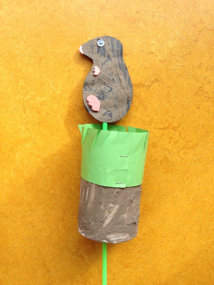 Laat de kleuters de rol en het zwarte papier schilderen met modder en lijm. Het gras knippen de kinderen zelf