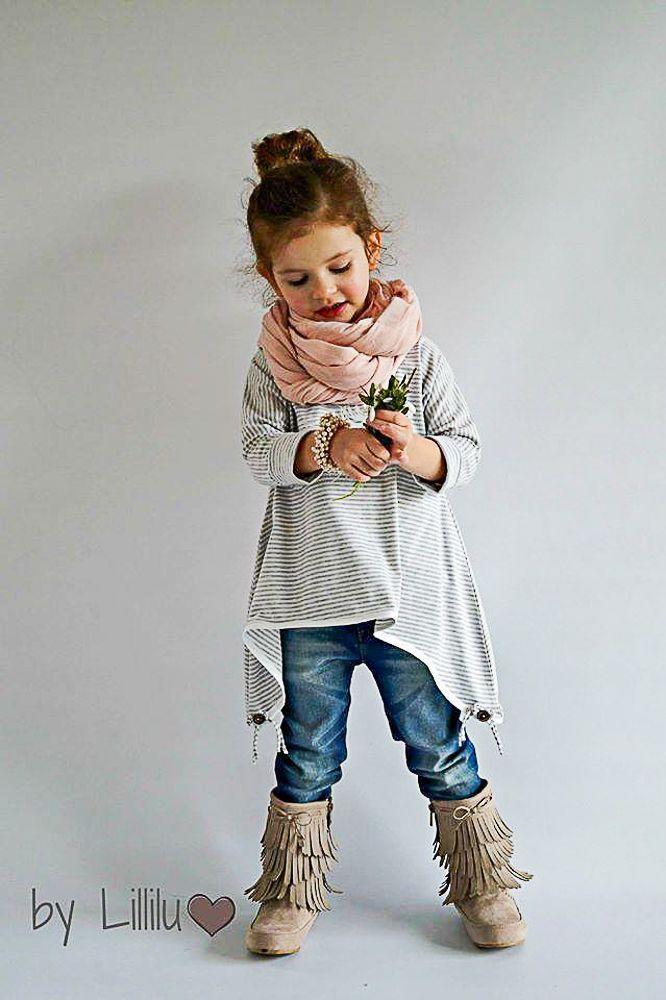 Little Ebby ist ein lockerflockig tolles Oberteil und Kleid.  Im Schnitt enthalten sind 6 verschiedene Schnitte mit unterschiedlichen Längen und Ärmeln. Zusätzlich ein tolles Tutorial von Lupidu, wie man hinten den Stoff zweiteilen kann (nicht im Schnitt enthalten). Mit Schleife einfach zuckersüß. Auch enthalten ein extra Halsausschnitt für bodytragende Kinder.  Es kann aus Jersey/Sweat/Fleece aber auch aus Baumwolle genäht werden.  Der Bubikragen ist natürlich auch dabei.  Toll für jede…