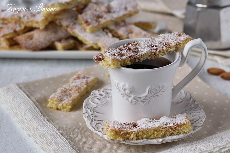 Questi dolcetti da caffè sono delle fragranti sfogliette a base di mandorle ideali per accompagnare il caffè trasformandolo in un dessert sfizioso.