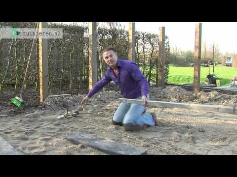 Tuin bestraten: Aanleggen onder afschot - Tuinieren.nl - YouTube