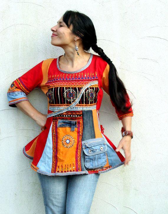 Banjara denim recyclé robe tunique. Faite de recyclé Inda sari et recyclé vêtements. Appliqued, brodées avec petits miroirs. Ammulet robe tunique. Style hippie Bohème ethno. Lun des types.  Taille: S-m (36-38 européen) réglé sur les côtés.  Ligne de buste : max 41 pouces (104 cm)  Taille max 38 pouces (97 cm)  Hanches max 44 pouces (112 cm)  Longueur environ 28 pouces (71 cm)  Laver séparément.