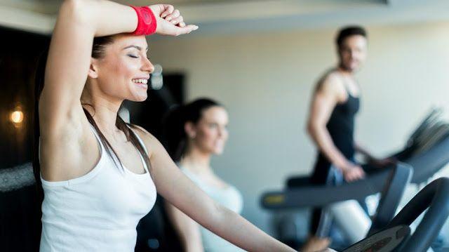 Transpirar más al hacer ejercicio hace bajar de peso?   Es una creencia muy extendida entre quienes buscan tomar una atajo para perder calorías de manera rápida. Qué dice la ciencia.  Ante esta pregunta los expertos y entendidos en el tema se horrorizan por los peligros que conlleva pero la realidad indica que aún es unacreencia popularmente extendidala que asegura que altranspirarmás mientras se hace ejercicio físico se pierdepeso corporal.  Hay casos de personas que visten ropas gruesas y…