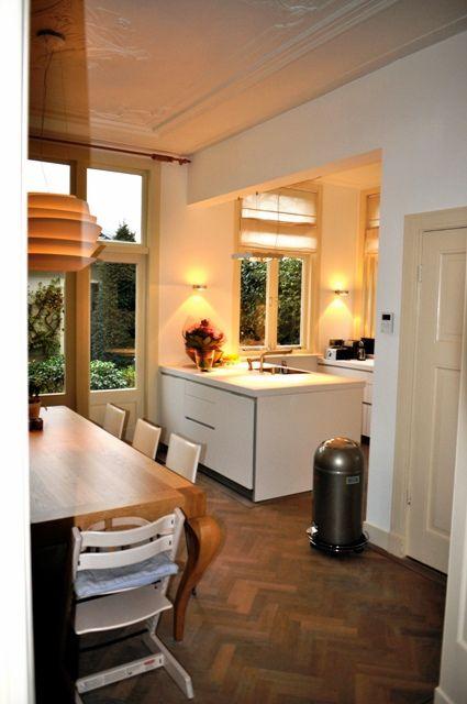 Open keuken. Keukenblok half in woonkamer.