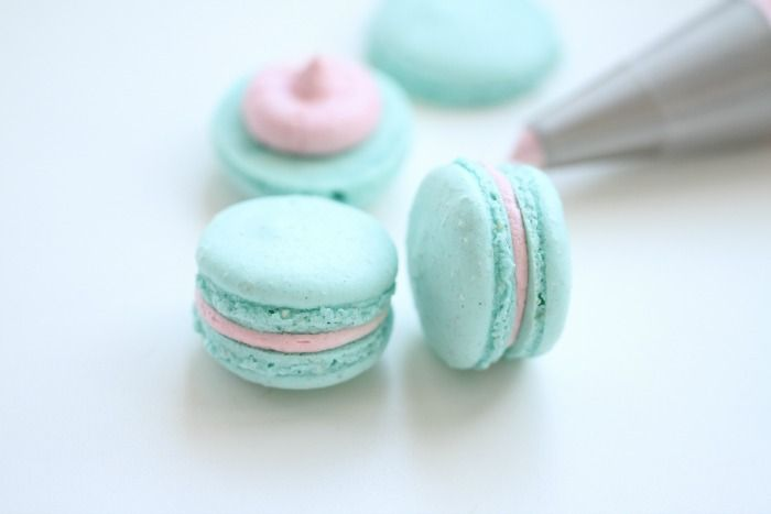 Gender reveal// Turquoise Vanilla Macarons & Pink Candy Frosting (site has a translate button)