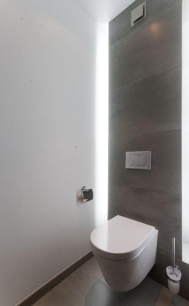Toiletruimte door ons geinstalleerd. Indirecte T5-verlichting achter het inbouwreservoir van het toilet.
