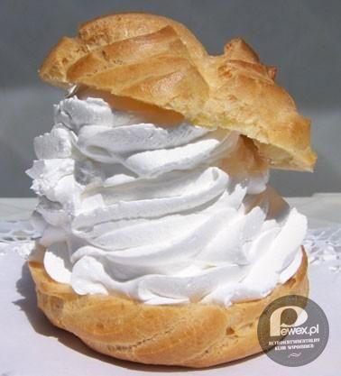 Tradycyjny Ptyś – Kuliste ciastko z ciasta parzonego. Po przecięciu na dwie części napełniane kremem bezowym lub bitą śmietaną. Z wierzchu jest posypywane cukrem pudrem lub czekoladą.  W Wielkopolsce ciastko nazywane jest Wietrznikiem.  Nazwa pochodzi z języka francuskiego. Petit choux, wymawiane pti szu, to dosłownie mała kapusta. Nazwa ta odnosi się do kształtu. W języku francuskim używa się także nazwy Chou à la crème.