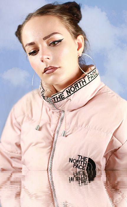 """Este un chaqueta que puedo vestir en mi tiempo libre. La chaqueta es rosa y queda floja. Mis amigos y yo nos gusta los chaquetas se llamen """"North Face""""."""