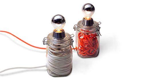 Realizzata con un barattolo di vetro per conserve. Al suo interno sono contenuti circa 10 mt. di cavo elettrico che determinano il colore del corpo lampada. Il cavo di alimentazione può essere sfilato dal corpo lampada per trasformarsi in prolunga .
