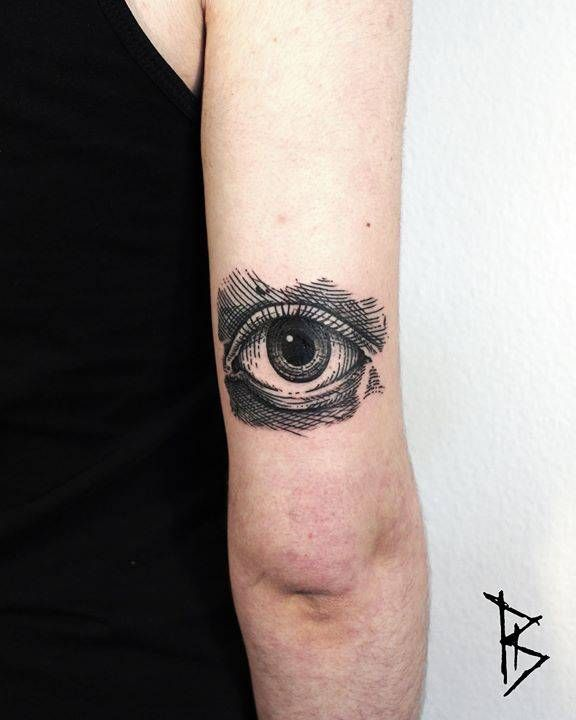 Eye tattoo on the back of the right arm.