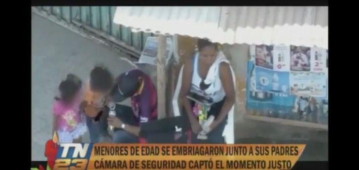 Niños se embriagan en plena calle bajo el consentimiento de sus padres. Incluso les sirven cerveza