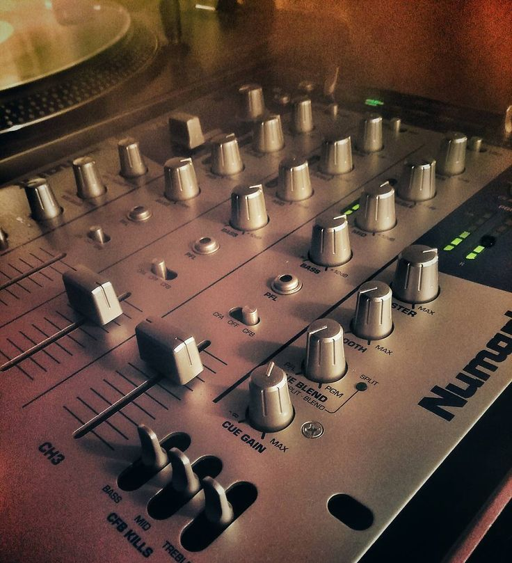 Jugando en casa ... Fooling around at home  #mixer #numark #dxm09 #mixing #djing #music #turntable #vinyl #vinilo #musica #nowlistening #nowplaying #playing  #vinyl #vinilo #turntable #bandeja #nowspinning #nowplaying #vinyljunkie #record #disco #music #musica #instagram #instacool #fotodelgiorno #fotodeldia #bestofinstagram #bestofday by thamastaa
