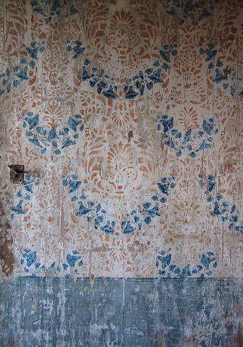 Samma mönster i annan färgställning, på stående hyvlad plank. Foto: Arja Källbom