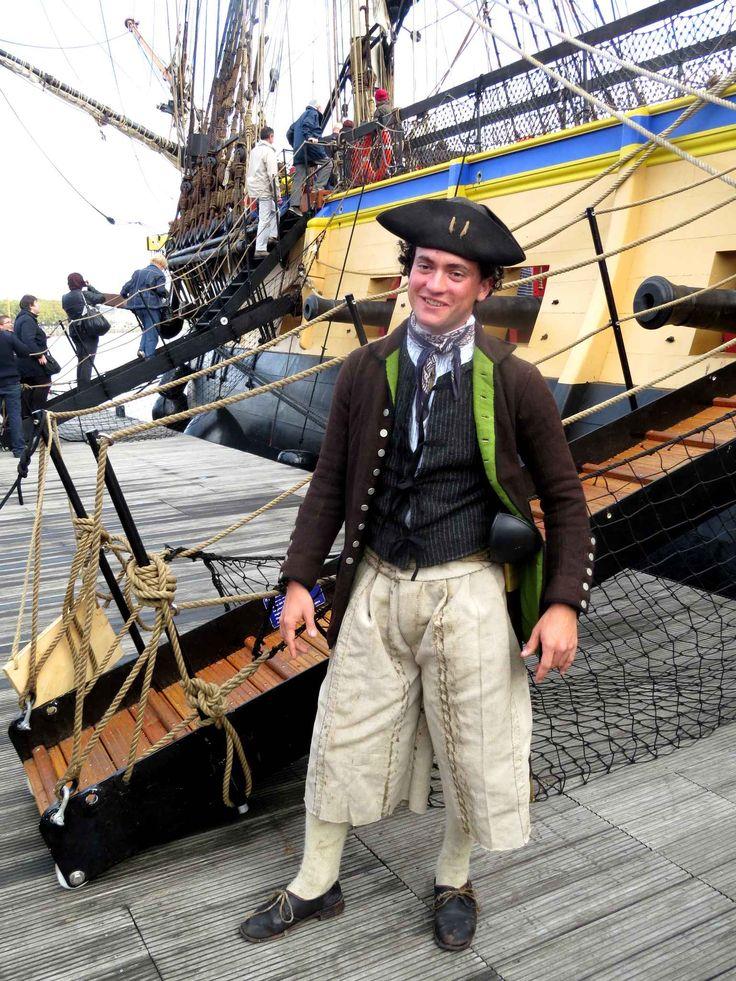 Adam Hodges-Leclerc, un des membres de l'équipage de l'Hermione, a fabriqué son costume lui-même, à partir de gravures du XVIIIe. Il est américain et passionné d'histoire.