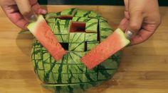 Das mühsame und anstrengende Schneiden einer Wassermelone ist nach diesem Video Geschichte. Die folgenden Tipps und Tricks werden Ihnen helfen, die mühsame Arbeit im Handumdrehen zu erledigen.