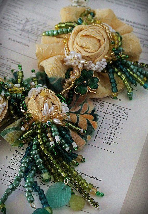 SUERTE ¿Te sientes afortunado? Bueno, ¿verdad? Lo hará... con un poco de ayuda de Get Lucky. Dulces rosas amarillas, hecho de tela vintage (reutilizada desde un vestido de día 1930) se asocia con una tela batik vintage 1960 rápido amarillo, verde y blanco para una uno-dos de chispa. Mano con cuentas en tonos de verde, verde azulado, amarillo y blanco semilla granos (y algunas perlas imitación sólo por diversión). Un trébol de cuatro hojas esmaltada verde vintage picos hacia fuera deb...