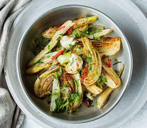 Fennikel blir ekstra saftig når den pannestekes med en god klatt smør. Den skal stekes knapt mør, men pass på at fennikelen fortsatt bevarer...