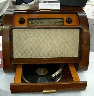 """Impressionen von der Internationalen Sammlerbörse und Antik Welt in Stuttgart am 23.3.07 - Grundig Radio vom Typ 399 W. Das besondere an diesem Gerät war der integrierte """"Perpetuum Ebner Plattenspieler"""". Grundig fertigte dieses Tischmodell 1950. Der Radio kostete damals stolze 429 DM. So ein Gerät konnten sich damals also nur Wohlhabende leisten."""