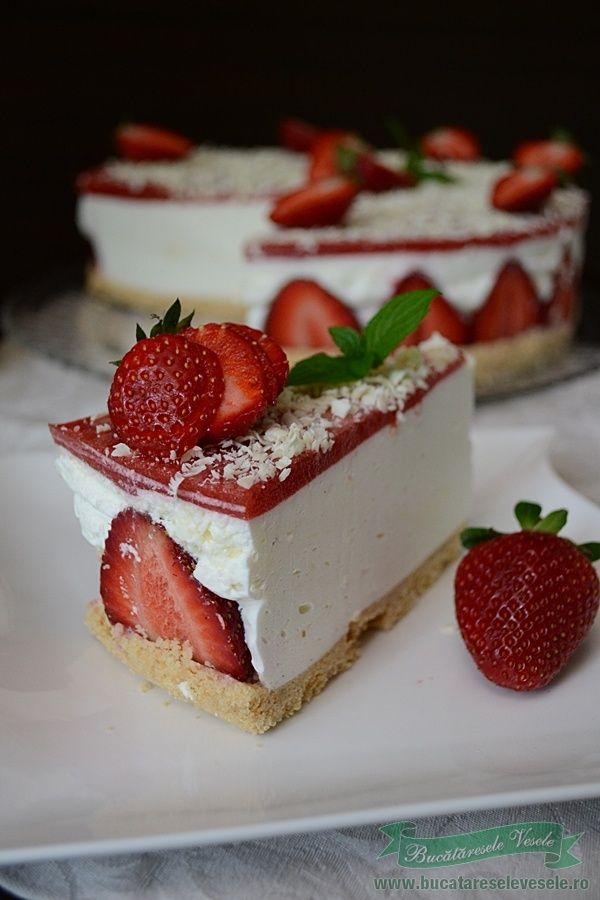 Cheesecake fara coacere cu capsuni o prajitura foarte buna ce o pregatesc in fiecare an . Merita sa o incercati fiindca nu trebuie sa aprindeti cuptorul si puteti folosi ce fructe doriti: capsuni, zmeura, caise, piersici, afine etc , totul depinde de imaginatia fiecaruia. Ingrediente Blat 250 g biscuiti 125 g unt Crema 500 g
