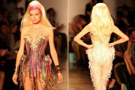 """Έκρηξη αδρεναλίνης με Moroccanoil, στην πασαρέλα της New York Fashion Week!  Ο Artistic Director της Moroccanoil Antonio Corral Calero, δημιούργησε γοητευτικά, έντονα και λαμπερά hair styles για την ανοιξιάτικη/καλοκαιρινή κολεξιόν του οίκου """"The Blonds"""" για το 2013.   Tα μαλλιά κάθε μοντέλου κρύβονταν κάτω από έντονες, λάτεξ κορδέλες. Το χτένισμα, που θύμιζε Barbie, ξεκινούσε με πολύ όγκο στην κορυφή και κατέληγε πλούσιο στην πλάτη. Τα μαλλιά, κυμάτιζαν ελαφρώς στο τελείωμα τους."""