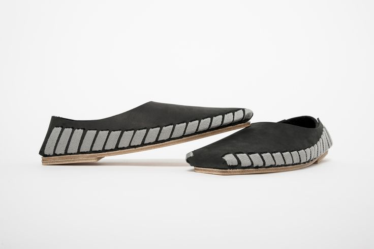 Minimal leather shoe design by Sara Gulyas. Pikkpack is a flat-packed diy leather shoe what the wearer can transform into a 3D clothing.  Visit store here: http://www.pikkpack.com/buy/