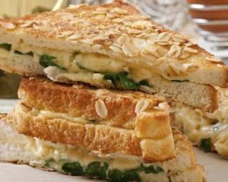 Croque diététique épinards-chèvre : http://www.fourchette-et-bikini.fr/recettes/recettes-minceur/croque-dietetique-epinards-chevre.html