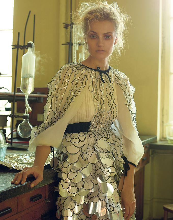 Najlepsze słowiańskie top modelki, niezwykłe kreacje Chanel wydobyte z archiwów a przede wszystkim oni – duet fotografików, którzy na fotografii nie poprzestają, bo odpowiadają niemal za każdy detal i ruch widoczny w ich pracach. Peter Farago i Ingela Klementz Farago pokazują siłę, inteligencję, zmysłowość fotografowanych kobiet, a także intymność panującą na planie. Ekskluzywną wystawę zdjęć stworzonych przez nich przy wyłącznej współpracy z Chanel można oglądać w warszawskiej Królikarni.