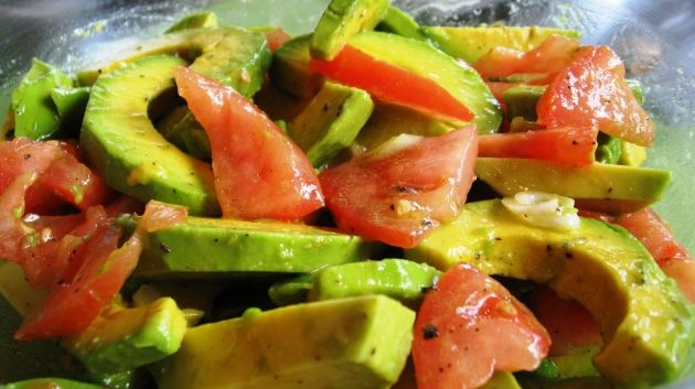 Ensalada de Agucate y Tomate  Avocado and tomato Salad. Sounds like a perfect summertime lunch!