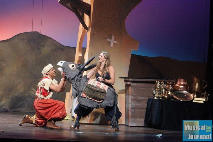 Hier zie je Ali Baba spelen met de Ezel van Morgiana