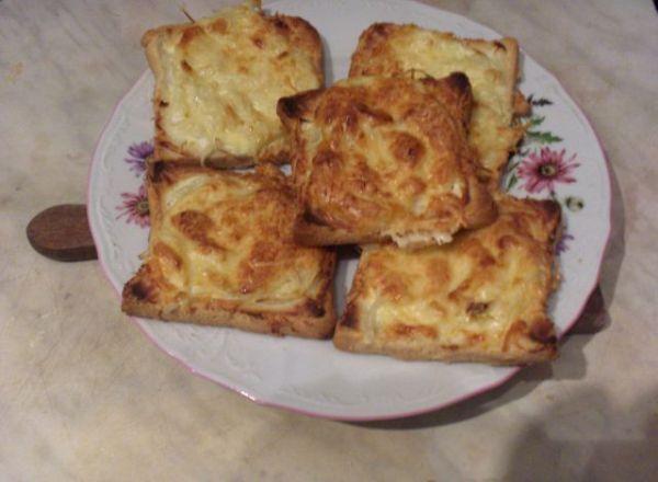 toustový chléb si narovnáme na plech ( nevymazáváme), potřeme pomazánkovým máslem, poklademe cibulí,...