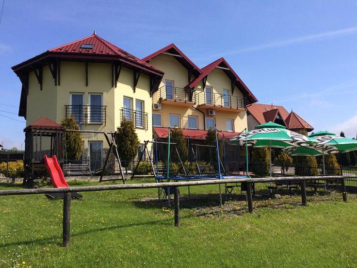 Dom Weselny Bartpol, w którym mieści się sala weselna, położony jest w cichej malowniczej okolicy 2 km od Jeziora Rożnowskiego w okolicach miejscowości Zakliczyn oraz Nowy Sącz.