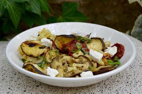 Recette de Salade de pâtes aux aubergines grillées, tomates confites et fromage de chèvre : la recette facile
