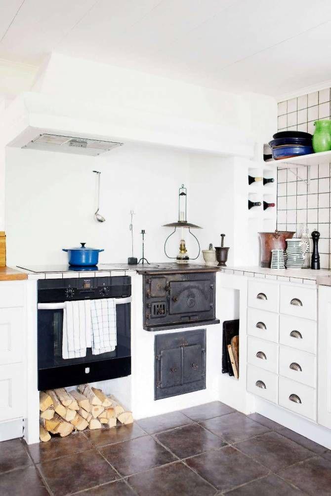 NATURNÄRA LANTLIV PÅ GÅRDEN: I kökets uppmurade del ryms vedspis och vanlig spis sida vid sida. Arbetshörnan har kalkad bänk och rejäla trälådor | Lantliv