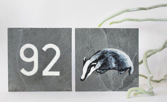 Ein Satz von zwei Schiefertafeln anzuzeigende außerhalb Ihres Hauses. Ihre Name/Hausnummer auf einer Tafel und einer der vier tierischen Schiefer Ihrer Wahl in schwarz und weiß.  Jeder Schiefer misst 10 x 10 cm x 1 cm.  Beide werden von Hand bemalt in Lac