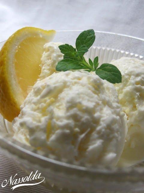 Gondoltam a nagy melegre való tekintettel citrom fagyit készítek annak ellenére, hogy csak apa szereti. Ám mire készen lettem megszerettem én is. Kissé savanykás, kissé édes...úgy látszik változik az ízlésem. :)Recept több felé kering a neten. Nekem Illéskrisz tálalásában tetszett a legjobban, így az övét feleztem. :)1 csésze tej1/2 csésze cukor2 csésze tejszín1/2 csésze frissen facsart citromlé1 evőkanál citromhéjA tejet a cukorral együtt addig keverjük, amíg teljesen fel nem oldód...