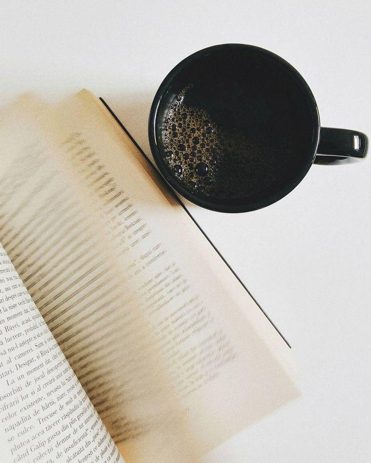 Rețeta perfectă de toamnă: o carte bună și o cafea tare.