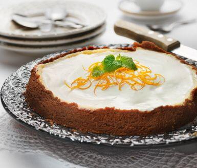 Denna cheesecake har en botten gjord på pepparkakor och en krämig fyllning med apelsinsmak. Perfekt att bjuda på till jul, men även vid andra tillfällen på året.
