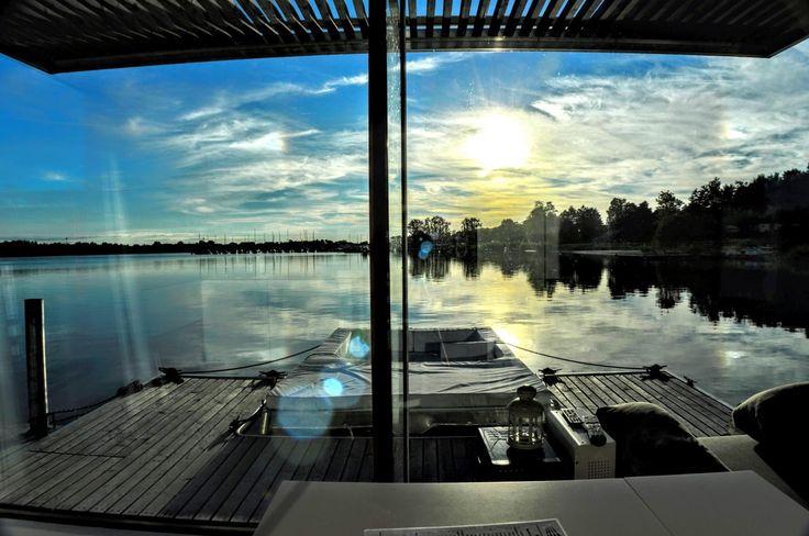 Miejsce znajdujące się prawie we wszystkich zestawieniach wyjątkowych noclegów w Polsce. Stylowe wnętrza i niezwykły widok za oknem, czyli spełnienie marzenia o mieszkaniu na wodzie i to tylko