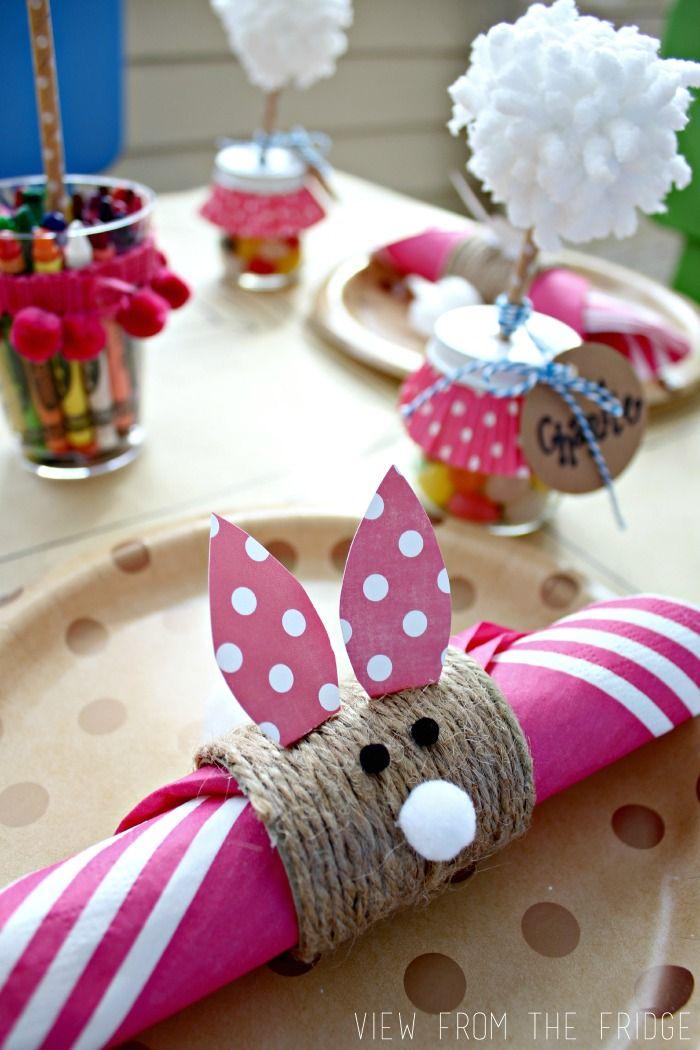 Un adorable de Pâques enfants Table Setting Idea! Anneaux pour serviettes de papier de bricolage, Alimentation Infantile faveurs de Jar, et un nul sur la nappe !! Parfait! Via View From The Fridge