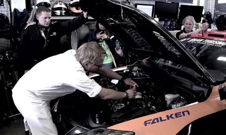 """""""Steka, co najmniej 200 g, oprószyć solą i pieprzem, dodać ulubione zioła, zawinąć w folię i umieścić na komorze silnika Lexusa IS F CCS-R. Piec przez co najmniej trzy okrążenia toru wyścigowego Nürburgring"""". Brzmi absurdalnie, ale tak oto Lexus, z wybitnym szefem kuchni na czele, przygotowuje steki. http://exumag.com/jak-przyrzadzic-perfekcyjnego-steka-wedlug-lexusa/"""