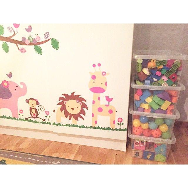 Smarta förvaringslådor från Ö&B ! #vilmerochtyrasrum #hemmahosjohanna #barnrum #barnrumsinspo #tvillingrum #kidsroom #twins #johannasweden #öb #öob #överskottsbolaget