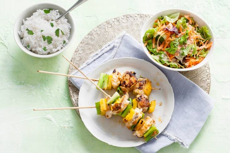 Spiesen van bosui, paprika en schol met een frisse salade erbij. Thais op z'n lekkerst! - Recept - Allerhande