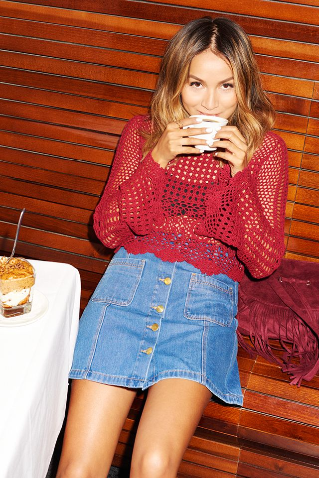 @sincerelyjules1 takes a cozy coffee break in a red crochet top & '70s-inspired denim skirt from the Divided collection. | H&M Divided