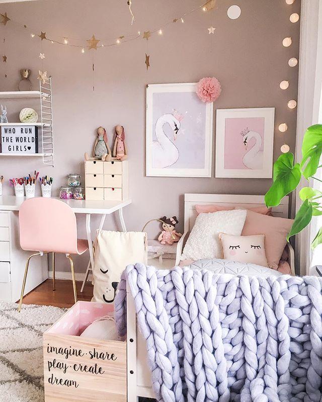 De nya tavlorna är på plats och jag bara älskar svan-motivet Passar perfekt in i flickornas rum . In love with my girl's new swan posters from @toucan_ , aren't they lovely?