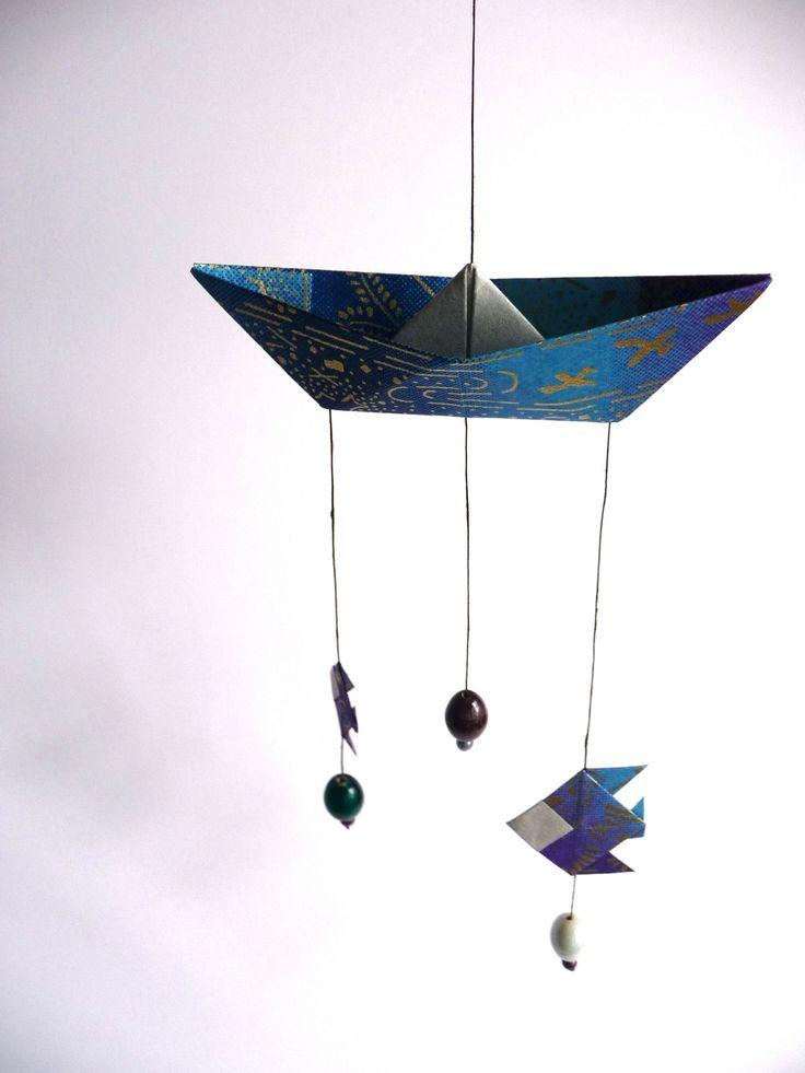 Petit mobile bateau et poisson origami en papier japonais turquoise : Décoration pour enfants par tangram